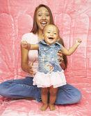 Hija de madre y bebé riendo — Foto de Stock