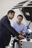 Spansktalande man talar till bilförsäljare — Stockfoto