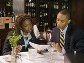 Företagare i restaurang titta på pappersarbete — Stockfoto