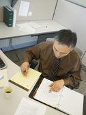 Empresário asiático na mesa — Foto Stock