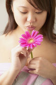 Woman holding daisy — Stock Photo
