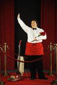 Mulher recebendo um buquê de rosas para aspirar o tapete vermelho — Fotografia Stock