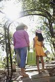 Madre e hija llevando suministros de jardinería al aire libre — Foto de Stock
