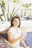 испанская женщина с напитком в баре отеля — Стоковое фото