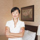 Retrato de uma mulher asiática com braços cruzados — Fotografia Stock