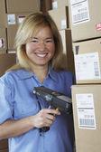 εργάτης θηλυκό αποθήκης με ανιχνευτής γραμμωτών κωδίκων — Φωτογραφία Αρχείου
