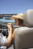 Azienda coppia mani in un convertibile — Foto Stock