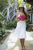 Zuid-amerikaanse vrouw met boeket van bloemen — Stockfoto