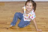 床にひざまずいて若い女の子の肖像画 — ストック写真