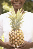 Tronco di donna con ananas — Foto Stock