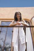 Balkonda bir i̇spanyol kadın düşük açılı görünüş — Stok fotoğraf