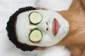 Hombre de raza mixta recibía tratamiento facial spa — Foto de Stock