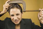 Retrato de empresaria con abrazadera en cabeza — Foto de Stock