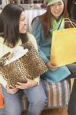 2 人の女性の買い物袋に笑みを浮かべて — ストック写真