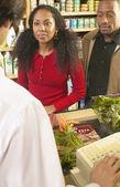 非洲美国夫妇在签出杂货店中的计数器 — 图库照片