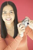 Joven sosteniendo una cámara — Foto de Stock