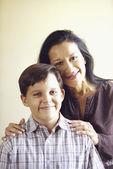 Madre e hijo posando en retrato de familia — Foto de Stock