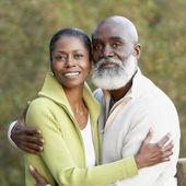Portret van senior afrikaanse paar knuffelen — Stockfoto
