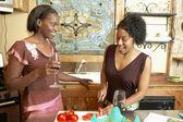 Dos mujeres de cocina — Foto de Stock