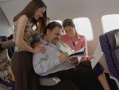 Hombre maduro recibiendo atención femenina en avión — Foto de Stock