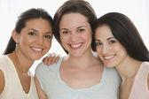 Retrato de três jovens mulheres — Foto Stock