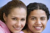 Zblízka portrét dvou dospívajících dívek, s úsměvem — Stock fotografie