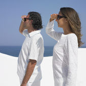 Couple covering their eyes and looking at the ocean — Stock Photo