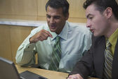 бизнесмены, используя ноутбук — Стоковое фото