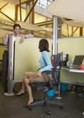 Biznesowe rozmowy na ścianie kabiny — Zdjęcie stockowe