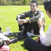 Affärsmän med lunch i parken — Stockfoto