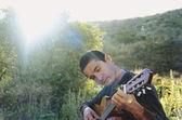 člověk hraje kytara — Stock fotografie