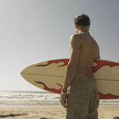 Man holding surf board at beach — Stock Photo