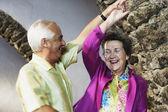 一緒に踊る年配のカップル — ストック写真