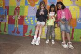 Meninas multi-étnica na frente do mural — Foto Stock