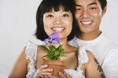 Asya çift saksılı bitki holding portresi — Stok fotoğraf