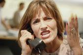 Zakenvrouw schreeuwen op telefoon — Stockfoto