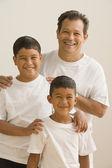 Pai e filhos posando para a câmera — Foto Stock