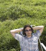 Hombre relajante en prado verde — Foto de Stock