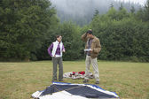 Indian couple putting up tent — Stock Photo