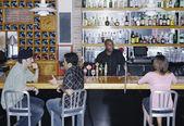 сидя в бар — Стоковое фото