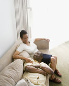 üst düzey afrikalı çift kanepede oturan — Stok fotoğraf