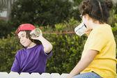 Crianças de raça mista falando com latas e sequência — Foto Stock