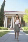 Student praten over haar mobiele telefoon — Stockfoto