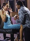 Uomo africano proponendo alla ragazza con l'anello di fidanzamento — Foto Stock