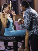 非洲男子向女友订婚戒指与提出的建议 — 图库照片