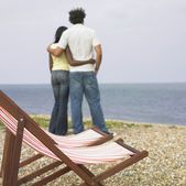 Par kramar och titta på havet — Stockfoto