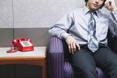 Torso de hombre de negocios sentado por teléfono — Foto de Stock