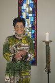 Senior afrikaanse vrouw met goblet in kerk — Stockfoto