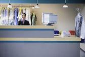 Empresaria asiática en tintorería — Foto de Stock