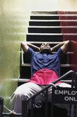 мужчина на лестнице — Стоковое фото